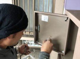 ライファ今治:マンション鉄部塗装工事の続きです。錆止め塗装をします。