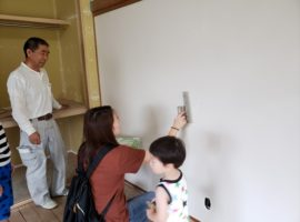 ライファ今治:お客様と一緒に珪藻土を塗りました。