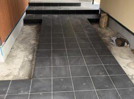 ライファ今治:玄関アプローチタイル貼り。LIXILの「フォスキー」外床タイプ